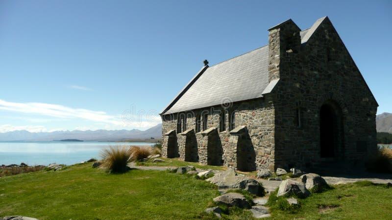 Iglesia hecha de piedra por el lago fotografía de archivo