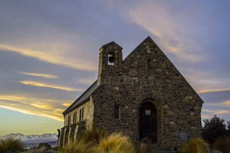 Iglesia hermosa asombrosa de la puesta del sol a lo más del buen pastor por el lago Tekapo, isla del sur, Nueva Zelanda Cielo dra fotografía de archivo