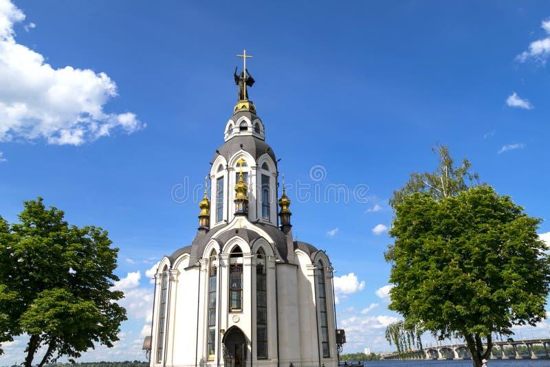 Iglesia hermosa cerca del río en la ciudad de Dnepr, Ucrania foto de archivo libre de regalías