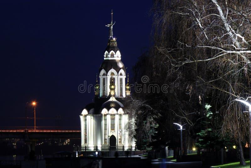 Iglesia hermosa con la iluminación en la noche foto de archivo