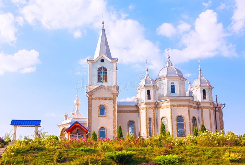 Iglesia hermosa contra el cielo azul fotos de archivo