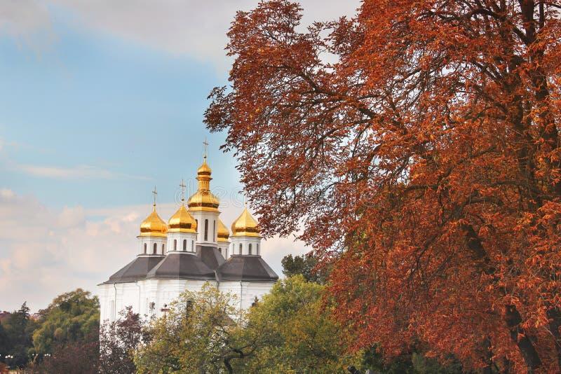 Iglesia hermosa en el parque Bóvedas de oro Otoño foto de archivo libre de regalías