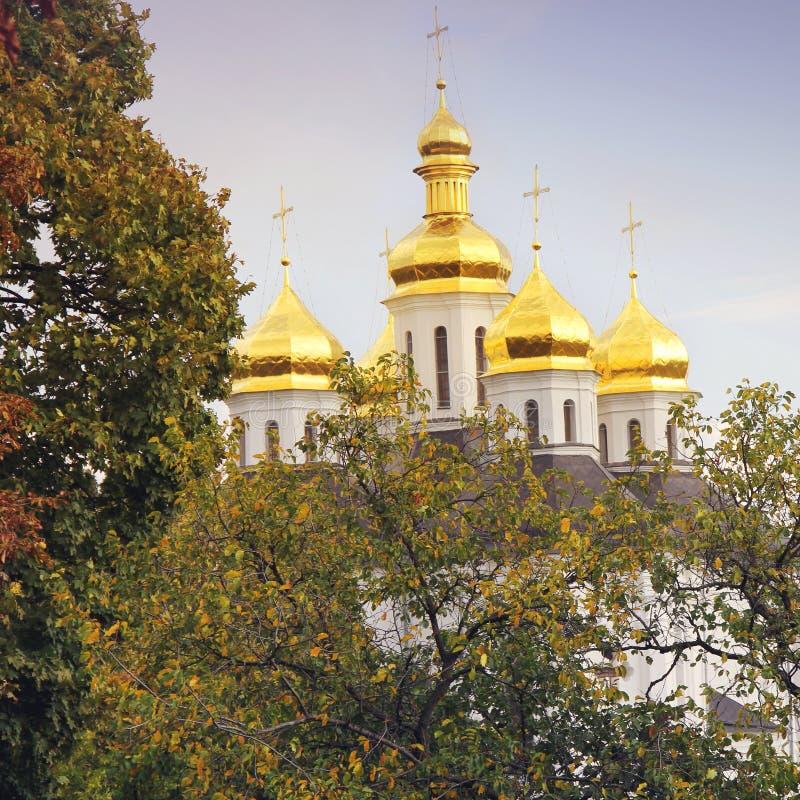 Iglesia hermosa en el parque Bóvedas de oro Otoño fotos de archivo