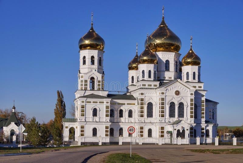 Iglesia histórica en el pueblo Novodonetskaya fotografía de archivo