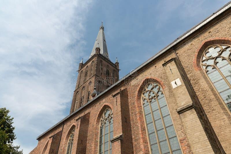 Iglesia holandesa con la torre contra un cielo azul foto de archivo libre de regalías