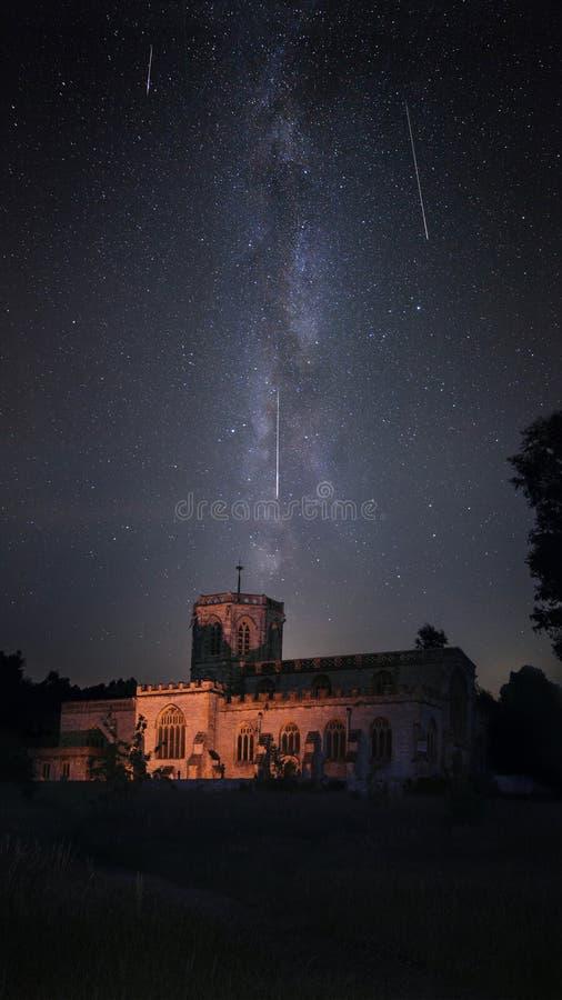 Iglesia iluminada con el cielo nocturno de la vía láctea durante la lluvia de meteoritos de Perseid fotografía de archivo libre de regalías