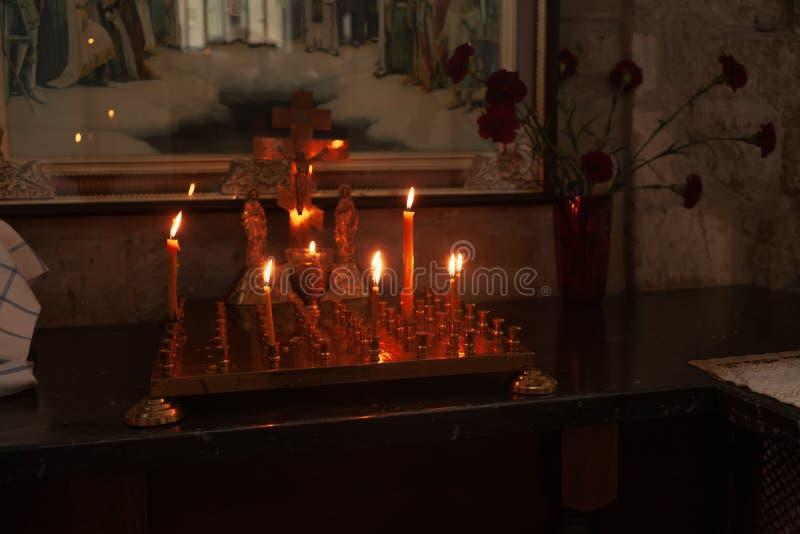 Iglesia interior del ortodox, velas delante de la cruz imágenes de archivo libres de regalías