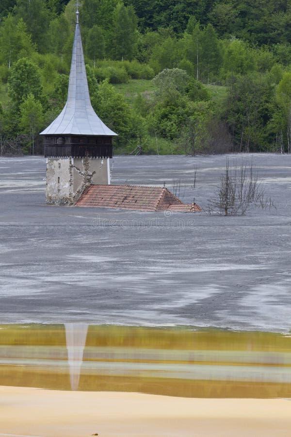 Iglesia inundada en el lago del fango foto de archivo libre de regalías