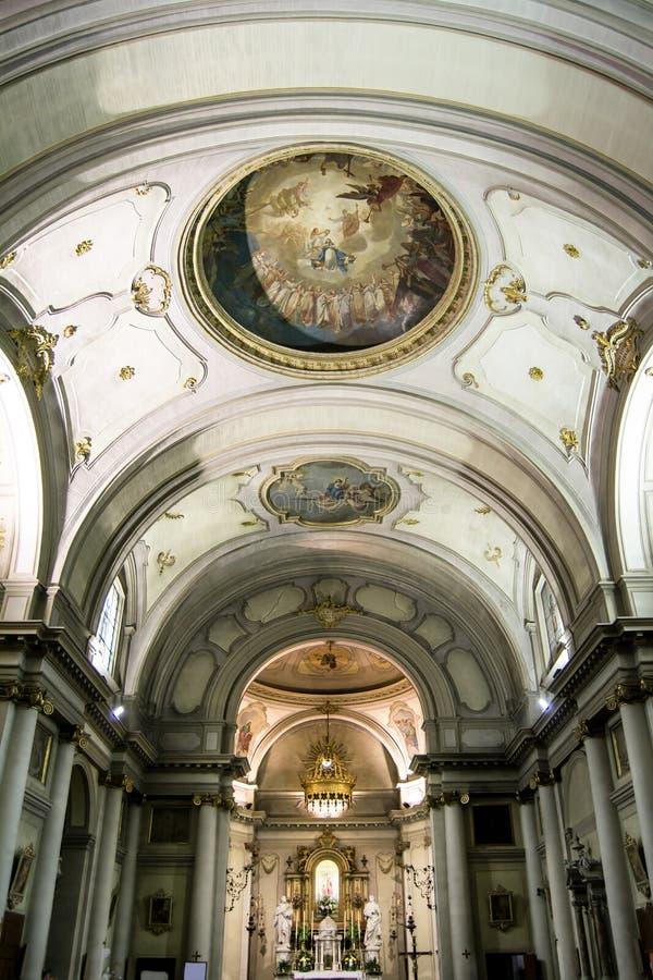 Iglesia italiana católica rico pintada y adornada Santa Maria de la ciudad de Valli del Pasubio, Italia foto de archivo libre de regalías