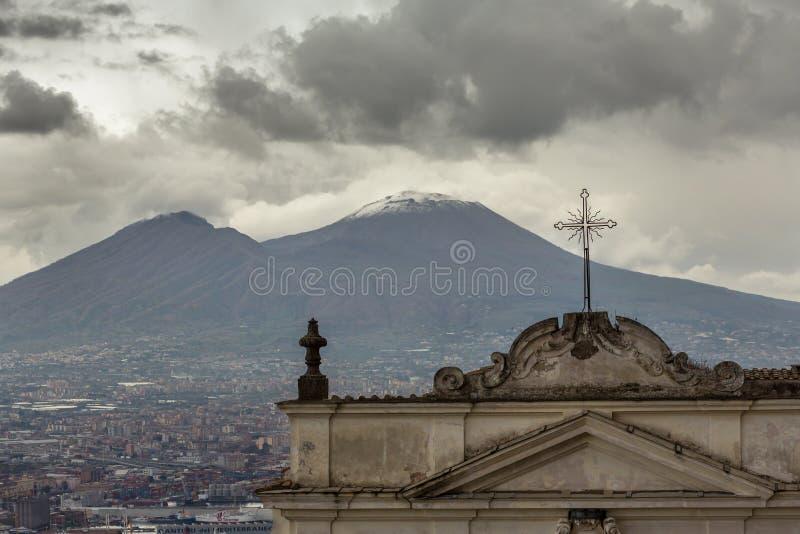 Iglesia italiana vieja con el monte Vesubio en el backgound en el día nublado en Nápoles fotografía de archivo libre de regalías