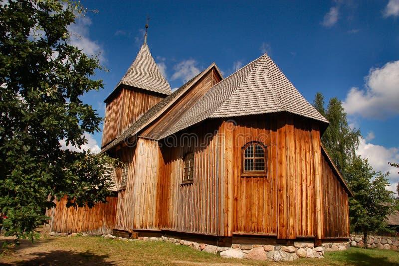 Iglesia labrada vieja de madera en campo polaco fotografía de archivo libre de regalías