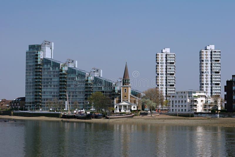 Iglesia a lo largo del Thames foto de archivo