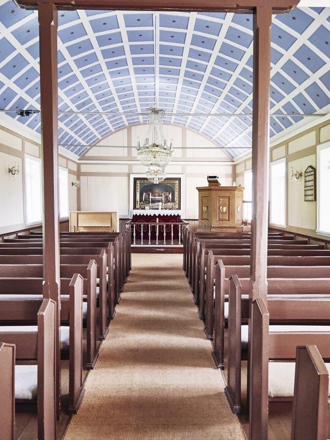 Iglesia luminosa en Islandia imagen de archivo