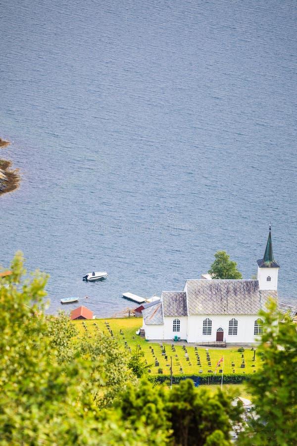Iglesia luterana de Bruvik, isla Osteroy Noruega foto de archivo