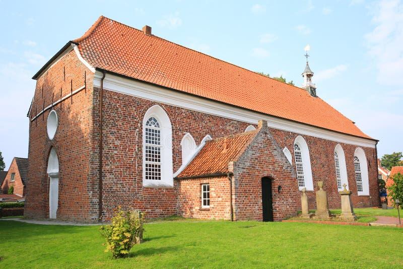 Iglesia luterana histórica en Greetsiel en la costa de Mar del Norte en Baja Sajonia, Alemania imagenes de archivo