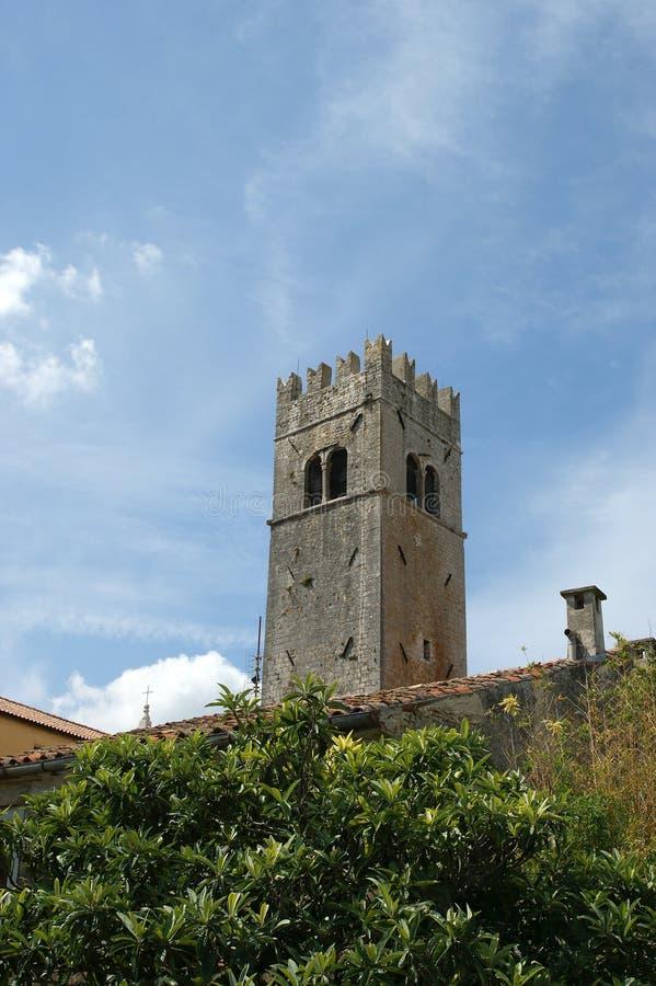 Iglesia luterana vieja del campanario. La ciudad de Motovun, Croacia imagenes de archivo
