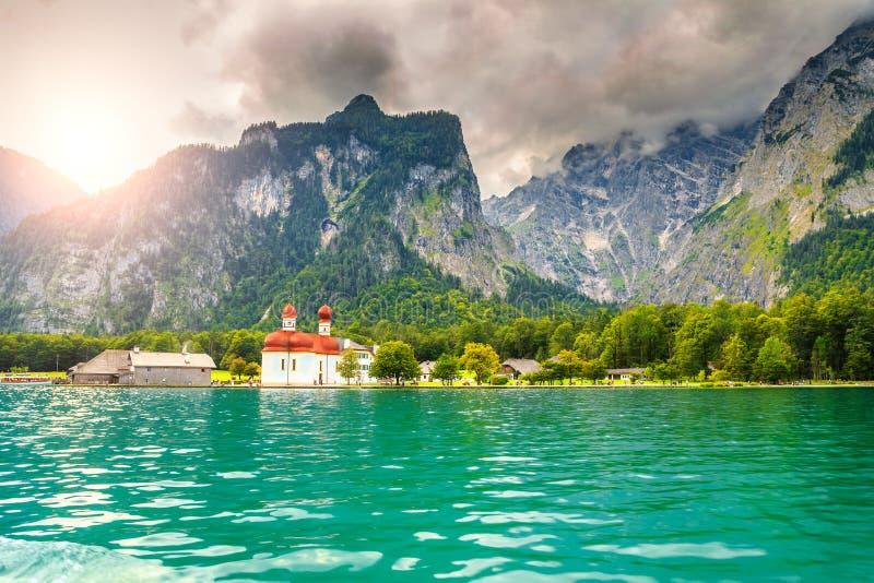 Iglesia maravillosa del St Bartholoma con el lago alpino Konigsee, Baviera, Alemania fotografía de archivo