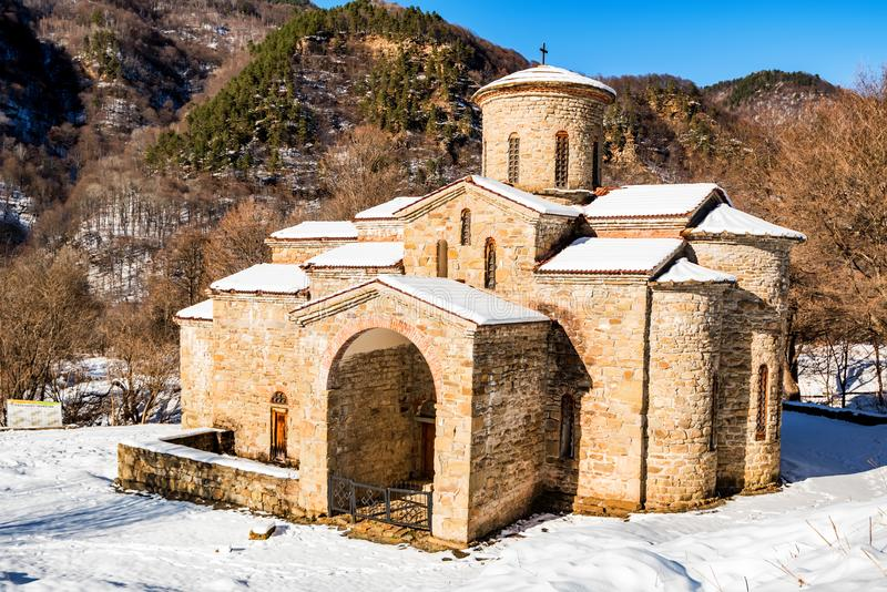 Iglesia medieval central en Arkhyz en invierno fotografía de archivo