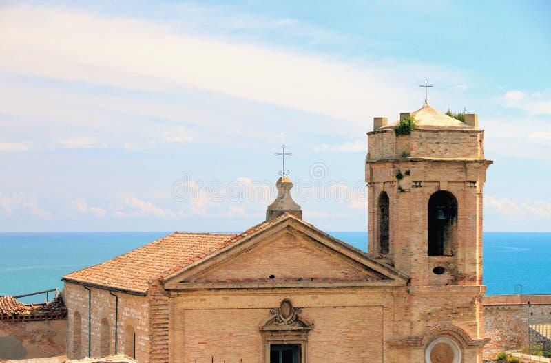 Iglesia medieval con el belltower Ancona, Italia fotos de archivo