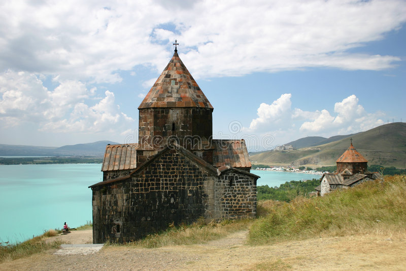 Iglesia medieval en el lago Sevan foto de archivo