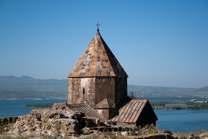 Iglesia medieval en el lago Sevan, Armenia fotografía de archivo