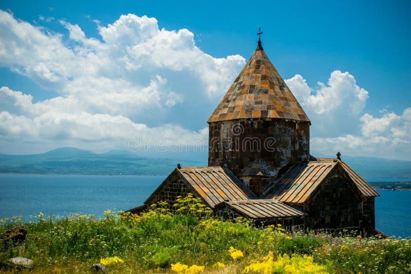 Iglesia medieval en el lago Sevan, Armenia horizontal imagenes de archivo