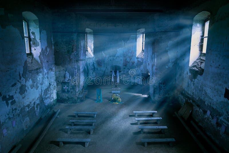 Iglesia misteriosa interior con los haces del claro de luna en la noche imagen de archivo