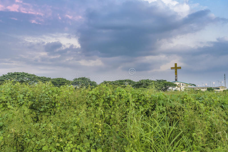 Iglesia moderna con la escultura cruzada grande, Guayaquil, Ecuador foto de archivo libre de regalías