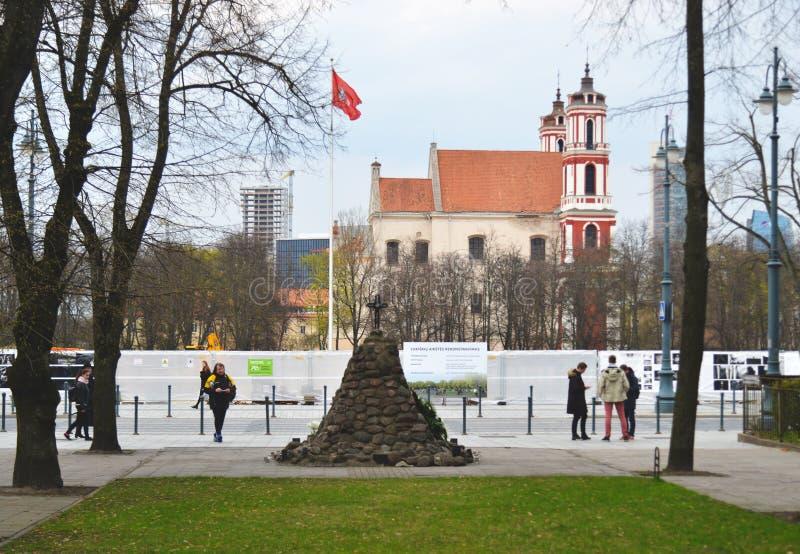 Iglesia, monumento para la memoria del genocidio y una bandera en Vilna, Lituania fotografía de archivo libre de regalías