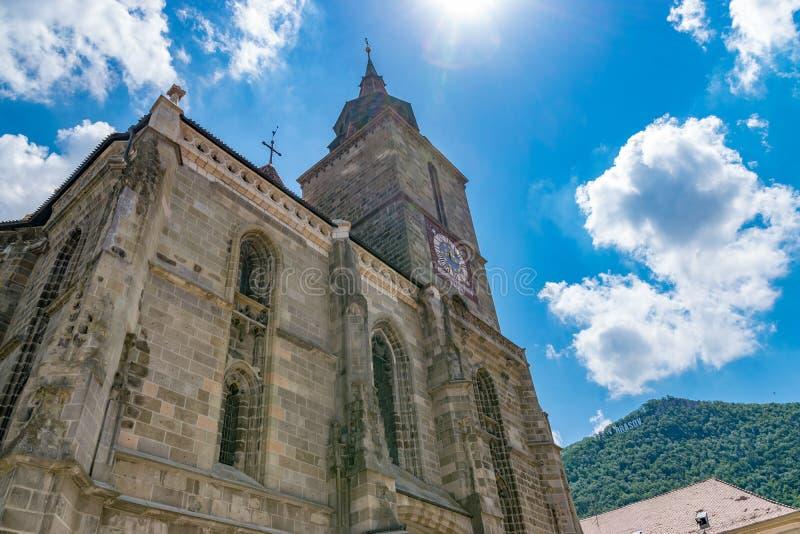 Iglesia negra de Brasov en un día de verano soleado en Brasov, Rumania fotos de archivo
