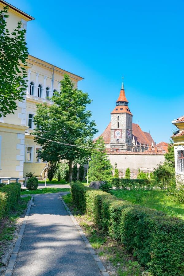 Iglesia negra de Brasov en un día de verano soleado en Brasov, Rumania fotografía de archivo