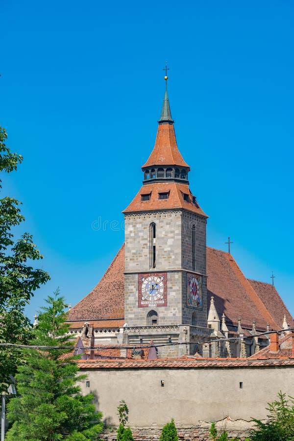 Iglesia negra de Brasov en un día de verano soleado en Brasov, Rumania foto de archivo