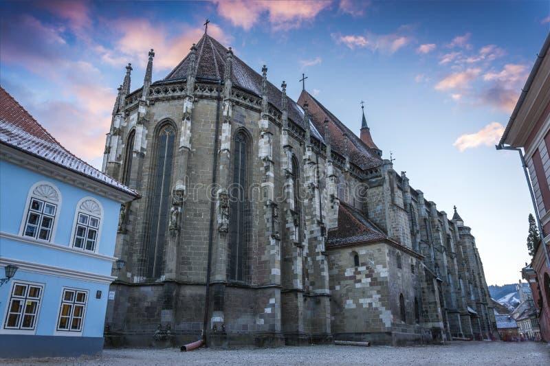 Iglesia negra en la ciudad Rumania de Brasov imagenes de archivo