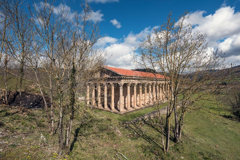 Iglesia neoclásica vieja de San Jorge en Cantabria, España foto de archivo