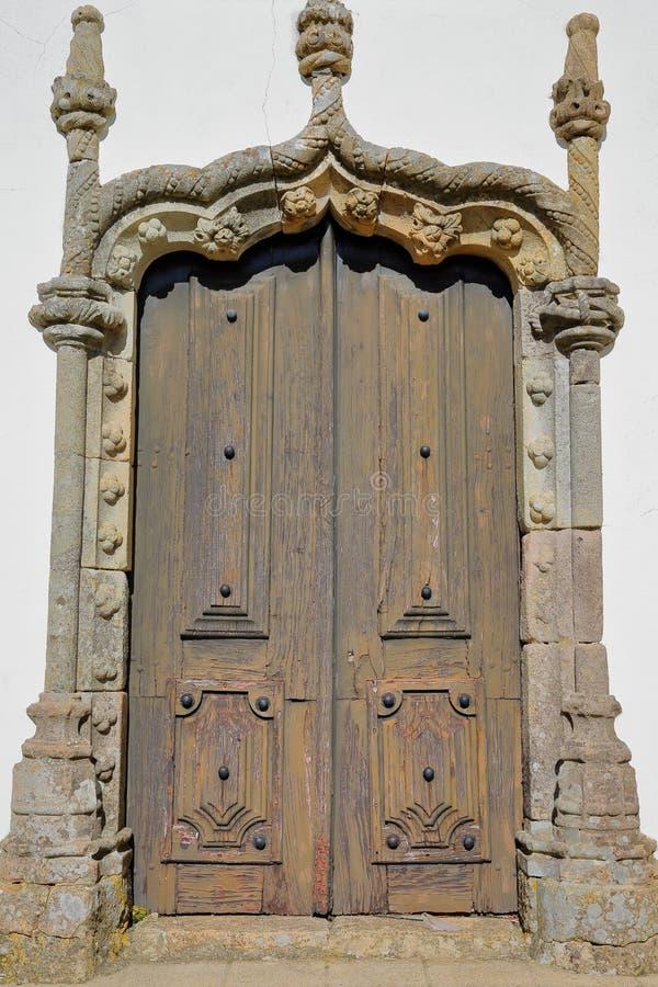 Iglesia Nossa Senhora das Dores de Matriz: detalles de una entrada de Manueline dentro de la ciudad vieja de Monchique, Algarve foto de archivo libre de regalías