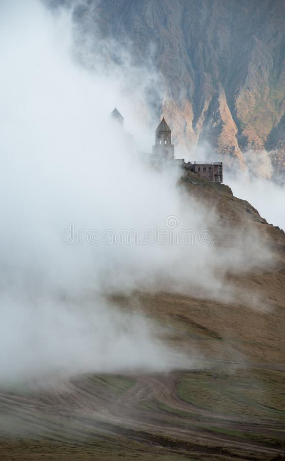 Iglesia nublada de Gergeti fotos de archivo