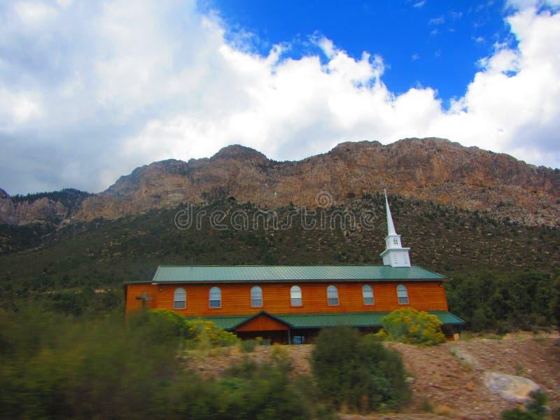Iglesia o lugar de culto del lado de la montaña imágenes de archivo libres de regalías