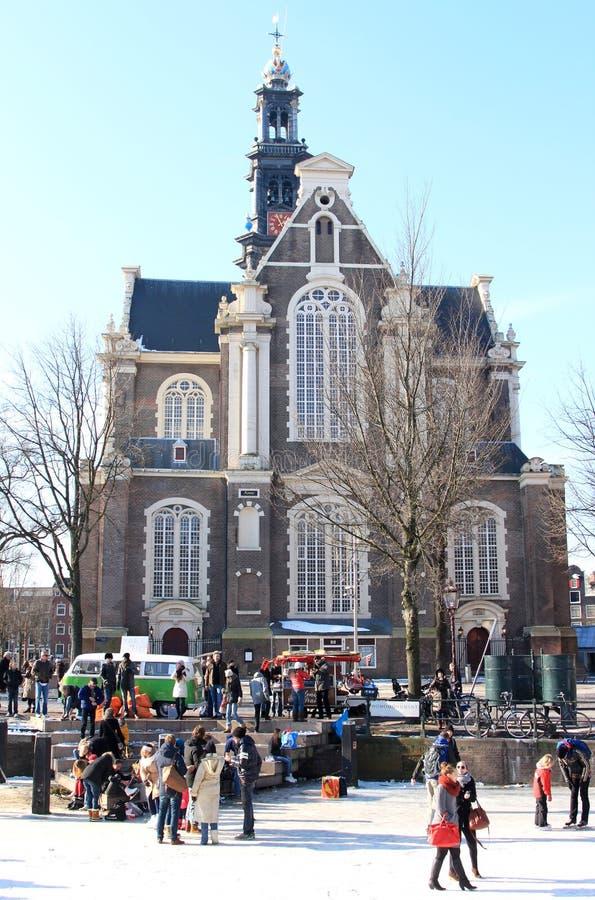 Iglesia occidental holandesa y canal congelado, Amsterdam imagenes de archivo