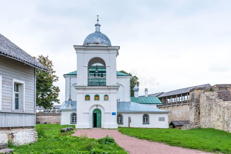 Iglesia ortodoxa antigua de San Nicolás en la fortaleza de Izborsk Izborsk, región de Pskov, Rusia fotos de archivo