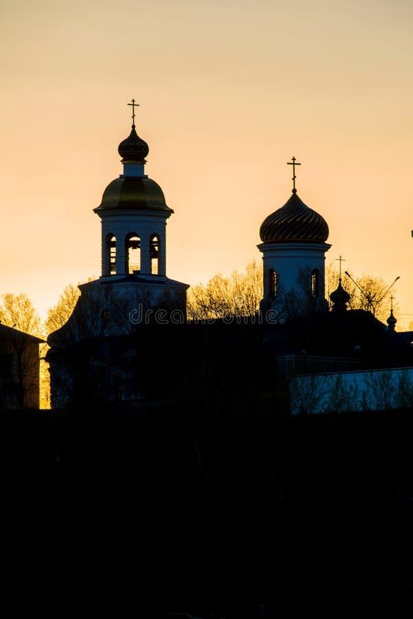Iglesia ortodoxa blanca en una cumbre imagen de archivo