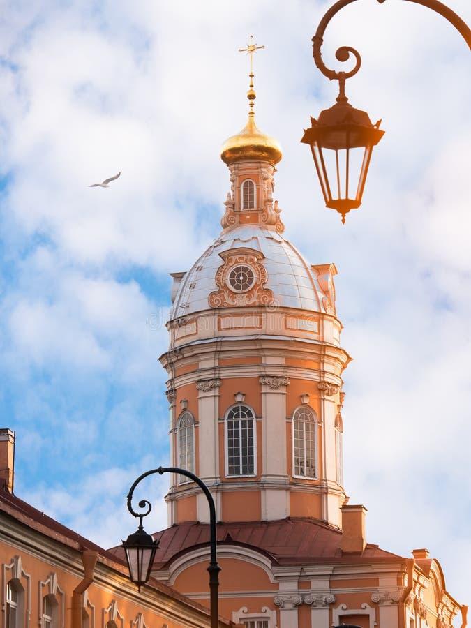 Iglesia ortodoxa con el cielo azul imagen de archivo