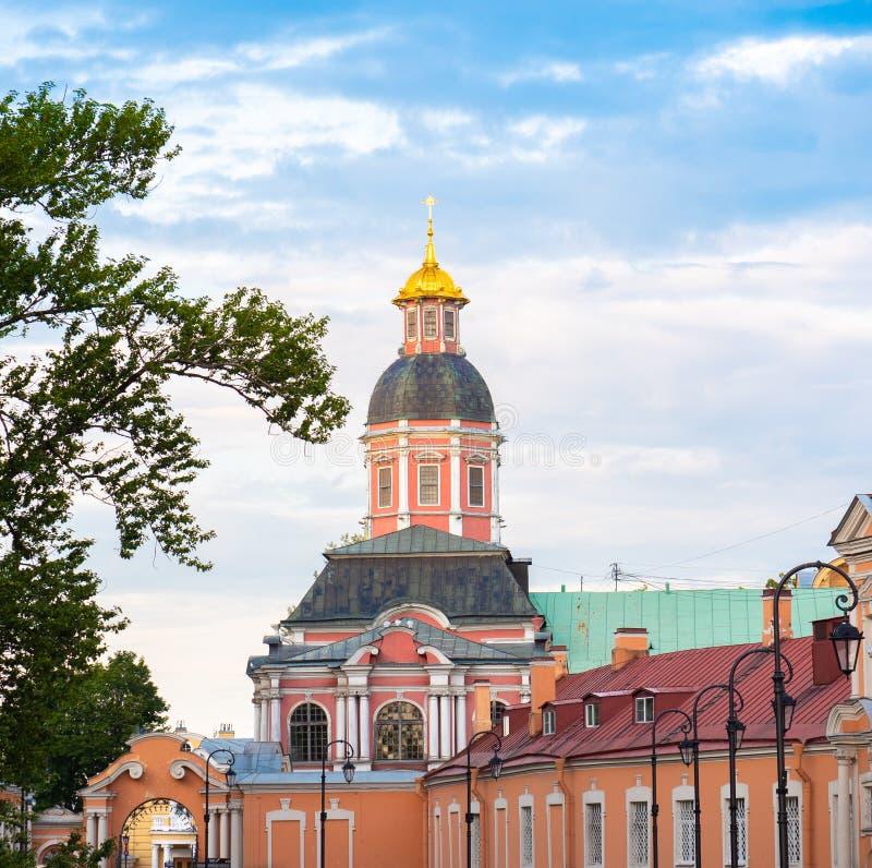 Iglesia ortodoxa con el cielo azul fotografía de archivo libre de regalías