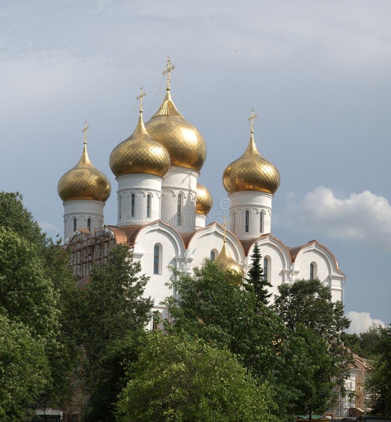 Iglesia ortodoxa con las bóvedas del oro fotografía de archivo
