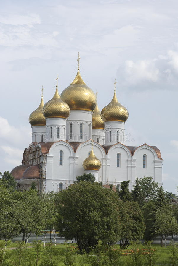 Iglesia ortodoxa con las bóvedas del oro foto de archivo libre de regalías