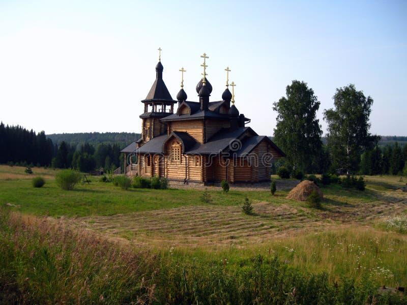 Iglesia ortodoxa de madera rusa en Verhoture imagenes de archivo