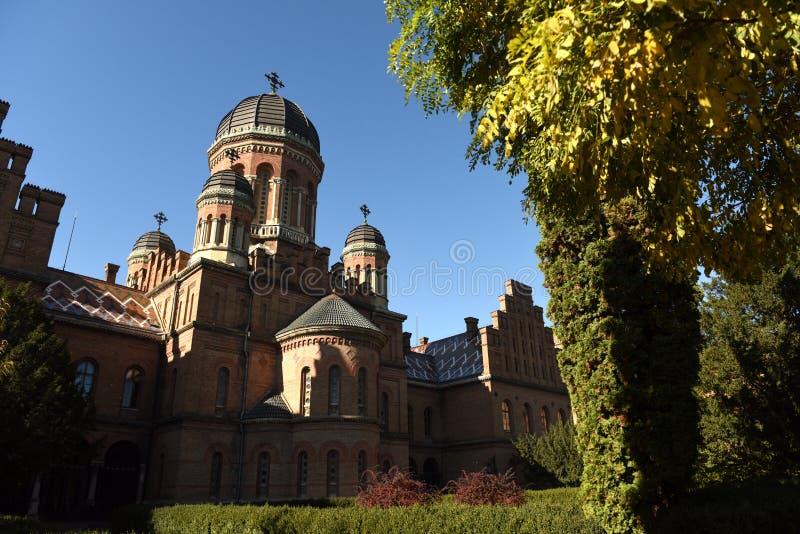 Iglesia ortodoxa de tres santos en universidad nacional en Chernivts foto de archivo
