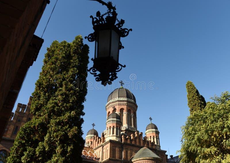 Iglesia ortodoxa de tres santos en universidad nacional en Chernivts fotografía de archivo