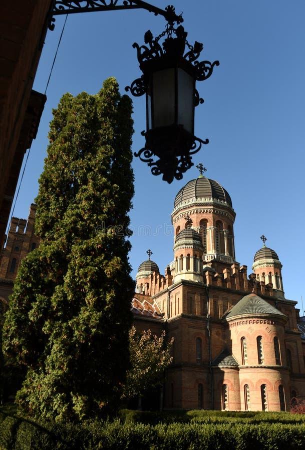 Iglesia ortodoxa de tres santos en universidad nacional en Chernivts imagen de archivo libre de regalías