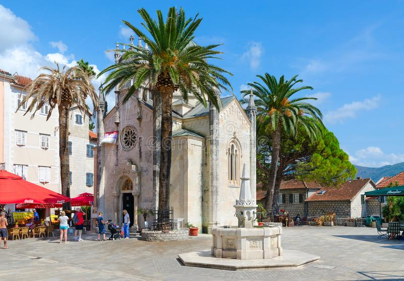 Iglesia ortodoxa del arcángel Michael y fuente de consumición de Karacha en el cuadrado del duque de Stefan, Herceg Novi, Montene imágenes de archivo libres de regalías