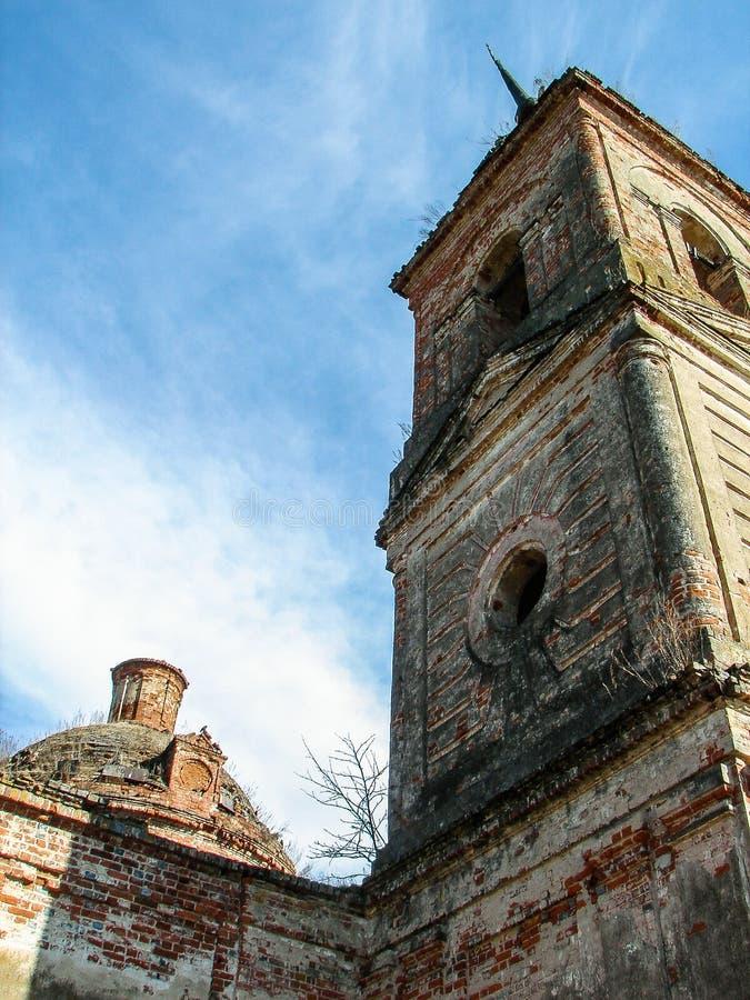 Iglesia ortodoxa destruida de San Nicolás en el pueblo de Olchi en la región de Kaluga de Rusia imágenes de archivo libres de regalías
